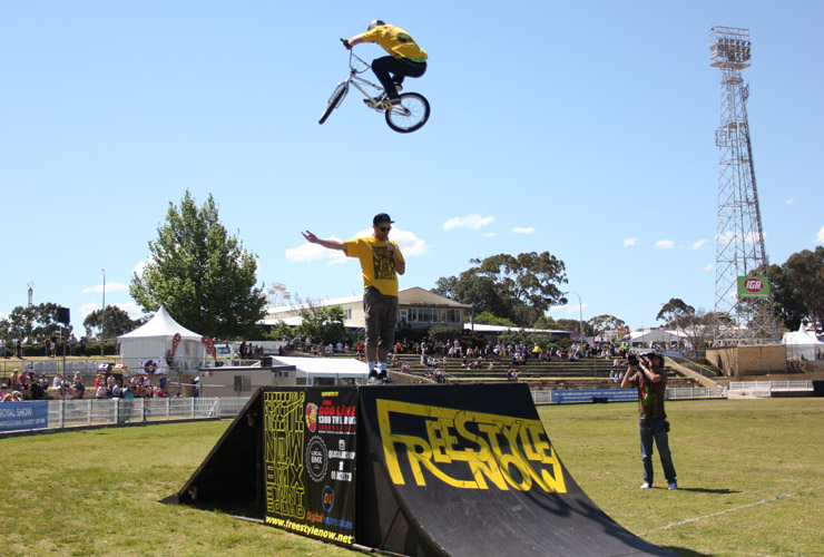 Perth royal show 2014 day 8 Dylan Schmidt boosts over Shaun Jarvis - Freestyle Now