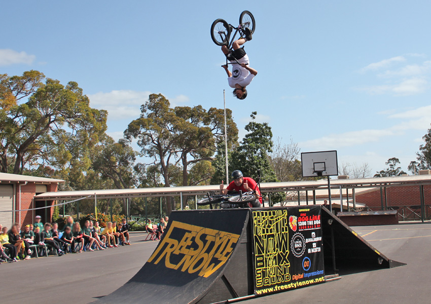 freestyle-now-waroona-high-school-assembly-bmx-stunt-show-matt-adkins-back-flips-over-shaun-jarvis