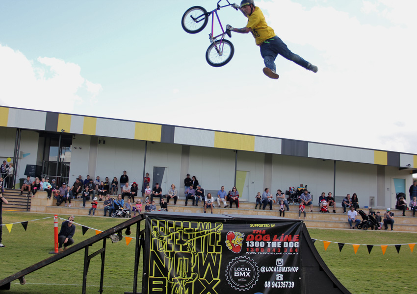 freestyle-now-bmx-stunt-show-corrigin-show-2016-dylan-schmidt-indian-air-seatgrab