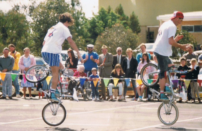 todd-triebler-and-shaun-jarvis-at-bruce-rock-show-1989-double-cherrypickers-freestyle-now-bmx-stunt-show